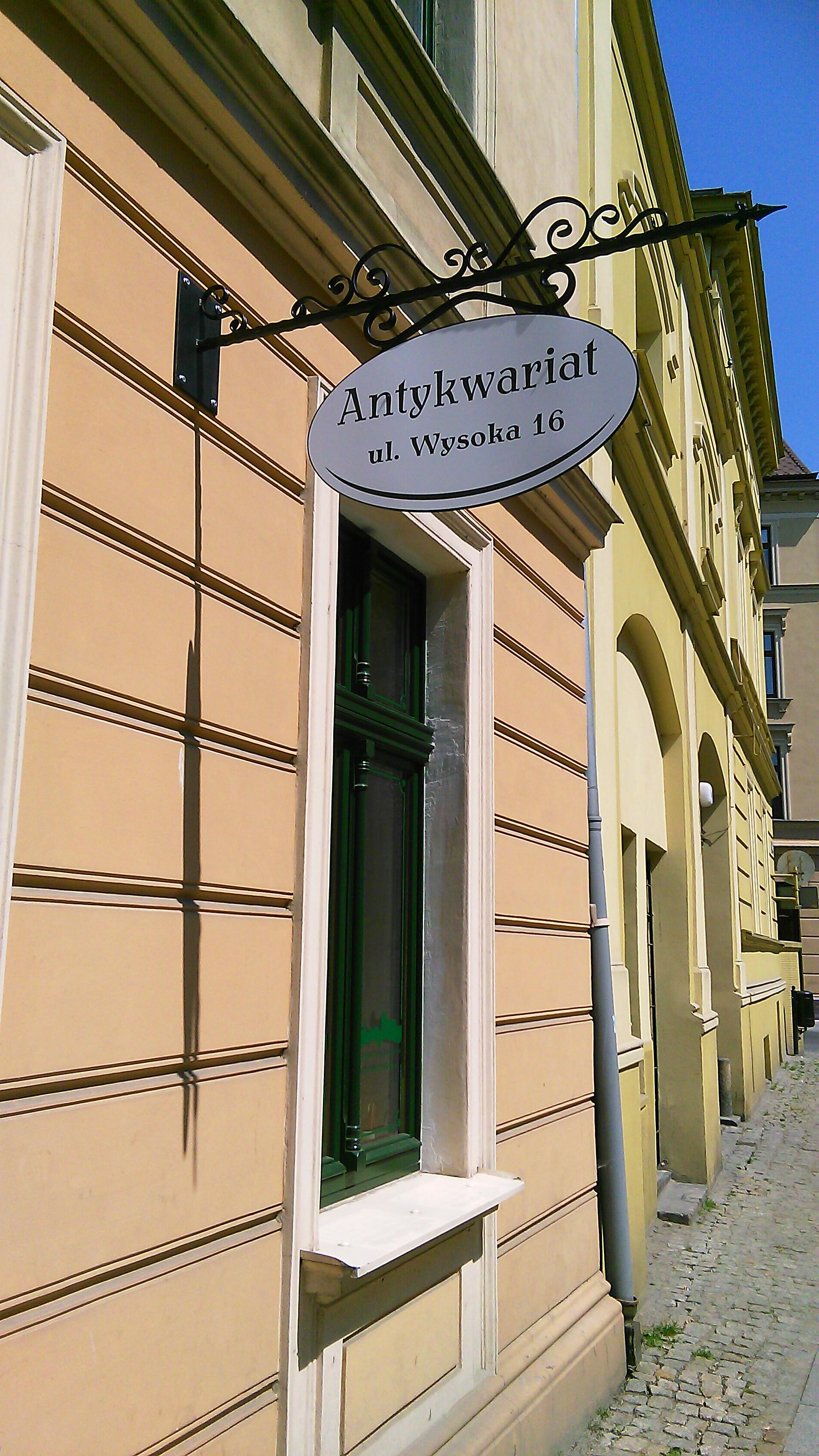Antykwariat przy ul. Wysokiej 16 (budynek Towarzystwa Naukowego w Toruniu)